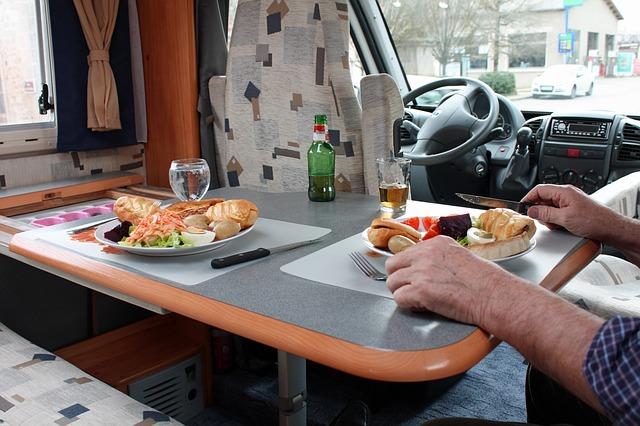 snídaně v obytném voze