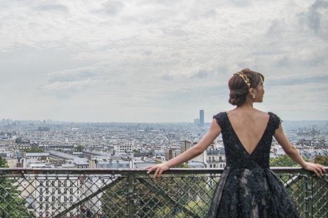 žena se dívá na Paříž z vyhlídky