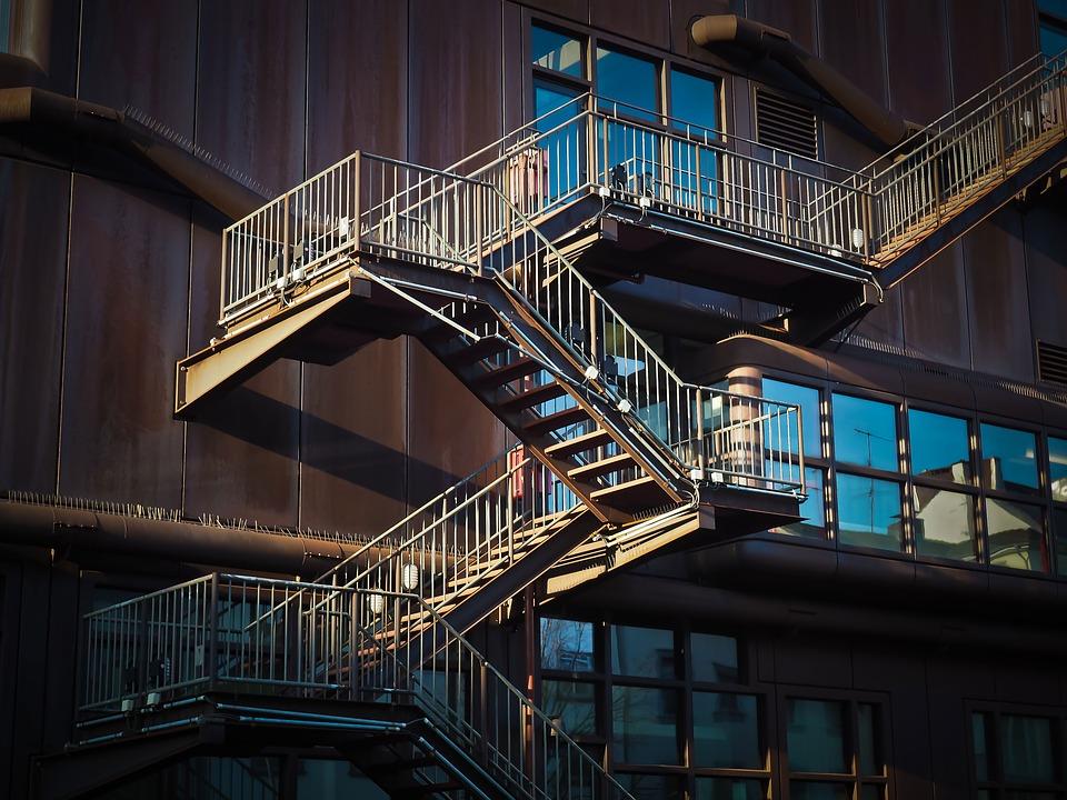 Čím se liší schody interiérové od těch venkovních?